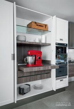 02-armarios-com-porta-de-correr-economizam-espaco-nesta-cozinha