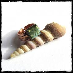 Bague large rustique en cuivre brossé et perle en emaux sur cuivre vert et or - réglable enameled ring