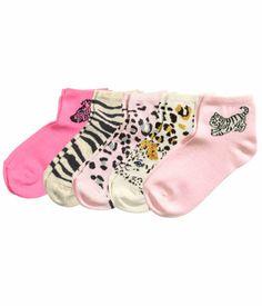 5 paria nilkkasukkia, koko 28-30. 9,95 € Myös muut söpöt sukat tytölle.