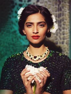 #Emerald #beauty - #Sonam looks stunning in this pic - #Vintage #BollywoodGlam look