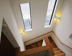 暗くなりがちな階段も大きなFIX窓で明るい陽光が差し込みます。 Yellow Tablecloth, Corner Storage, Getting Out Of Bed, Window Design, My House, Sweet Home, New Homes, Stairs, Layout