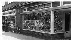 Gezicht op een gedeelte van de voorgevel van het schoenmagazijn Doorn (Amsterdamsestraatweg 299) te Utrecht.1974 Utrecht, Historia