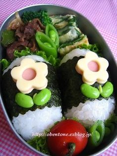 Ham and cheese flowers - clever use of small round cutter to make the centre Japanese Food Art, Japanese Lunch Box, Kawaii Bento, Cute Bento, Rice Ball, Little Lunch, Bento Recipes, Lunch To Go, Bento Box Lunch