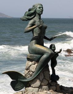 "Mazatlan woman statue along the Malecon. ""La Sirena"" Literal translation - ""The Mermaid"". Have seen this beautiful statue and others. Double Exposition, Sirens, Mermaid Art, Mermaid Statue, Mermaid Images, Tattoo Mermaid, Mermaid Beach, Mermaid Dolls, Art Sculpture"