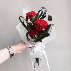 1,077 отметок «Нравится», 3 комментариев — 플로리스트 이주연 florist Lee Ju Yeon (@vanessflower) в Instagram: «. . 당일예약 매장구매 가능하세요 ❣️ #바네스어버이날스승의날상품 (태그에 다양한 상품있어요) . . #어버이날꽃선물 #어버이날꽃다발 #어버이날카네이션  #어버이날…»
