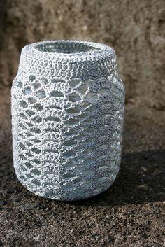 Jar cozy (lots of inspiring designs) Crochet Cozy, Crochet Girls, Crochet Hooks, Crochet Flower Patterns, Crochet Patterns For Beginners, Crochet Jar Covers, Mason Jar Cozy, Crochet Decoration, Paper Crafts Origami