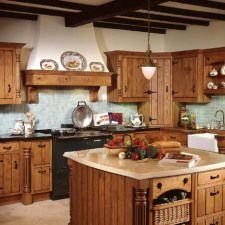 Cocina rústica con muebles de madera y accesorios de época
