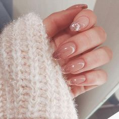 Long acrylic nails are too sharp, and short nails are too ordinary? Then you need almond nails, which are of moderate length. Almond nails are named after their shape similar to almonds. Rose Gold Nails, Pink Nails, Glitter Nails, My Nails, Hair And Nails, Nail Rose, Hard Gel Nails, Almond Acrylic Nails, Cute Acrylic Nails