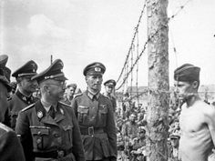 A young soldier defiantly confronts Heinrich Himmler in a German POW camp. Himmler, who was virtually the second in command to Hitler during the Second World War, committed suicide while in British custody after the end of the war. World History, World War Ii, Photo Choc, Louis Aragon, Fotojournalismus, Powerful Pictures, Prisoners Of War, Interesting History, The Victim