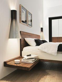 table de nuit suspendue, un lit flottant et grandes lampes de chevet