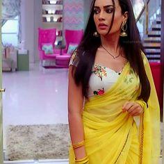 Saree Wearing Styles, Saree Styles, Beautiful Prom Dresses, Beautiful Saree, Navratri Dress, Saree Floral, Modern Saree, Saree Blouse Neck Designs, Elegant Saree