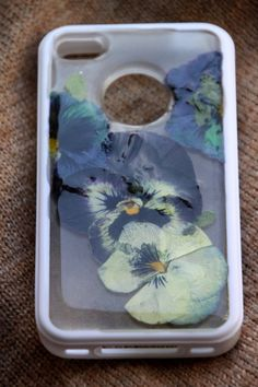 We Love This DIY Cell Phone Case Made with Pressed Flowers! --> http://www.hgtvgardens.com/crafts/pressed-flowers-cell-phone-case?soc=pinterest