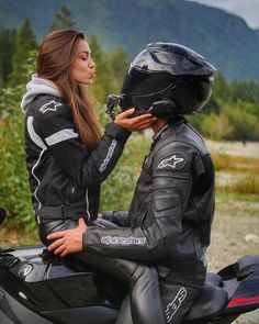 Motorcycle Girl Photography Motorbikes 24 Ideas bmw yamaha for women gear girl harley tattoo Photos Couple Moto, Motorcycle Couple Pictures, Cute Couple Pictures, Dirt Bike Couple, Motocross Couple, Couple Pics, Biker Chick, Biker Girl, Couple Motard