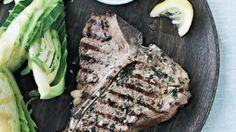 Steak med ostetopping og dampet sommerkål | Femina
