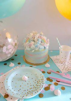 Layer cake aux jolies couleurs pastel sur décor de fête menthe et rose. Gâteau et mise en scène réalisés par Aurélie, pâtissière et auteur du blog https://supadupamama.com. Vaisselle à retrouver sur la boutique www.rosecaramelle.fr #menthe #mint #deco #fete #party #birthday #anniversaire #confettis #kids #gateau