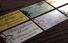 """Stampa di etichette adesive su pvc oro e argento, removibili, di qualsiasi forma e formato, resistenti alle intemperie.   Il pvc Oro e Argento è disponibile anche nella versione """"Specchiato"""".   Prodotto utile ed elegante per mille utilizzi, etichette per pasticceria, per negozi, per vino, per cd, per confezioni, etichette per prodotti, ecc. ecc. indispensabile per valorizzare ulteriormente il vostro prodotto."""