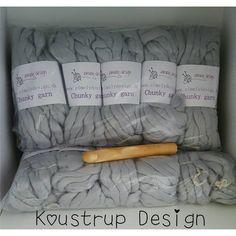 """12 Synes godt om, 5 kommentarer – Koustrup Design (@koustrupdesign) på Instagram: """"Så er jeg klar til at hækle et tæppe i det skønneste blødeste Chunky garn fra #elmelydesign 😍…"""""""
