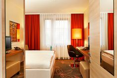 Blick in eines der Hotelzimmer / View into one of the hotel rooms | H+ Hotel Hannover