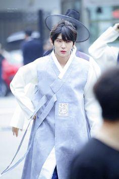 Leo in a hanbok holy crap Vixx Wallpaper, Asian Men, Asian Guys, Vixx Members, Vixx Ken, Ravi Vixx, Jung Taekwoon, Jellyfish Entertainment, Leo Lion