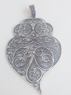 Filigree pendant silver portuguese charm heart by ROYALcraftPT Jewelry Art, Jewelry Gifts, Fine Jewelry, Women Jewelry, Jewelry Making, Filigrana Tattoo, Gifts For Women, Gifts For Her, Pearl Diamond