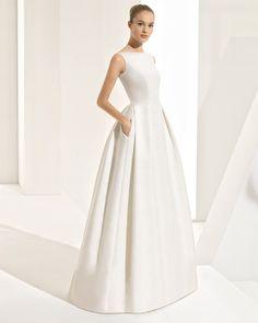 Robe de mariée style classique en brocart, avec col bateau, dos en V, traîne amovible et poches. Collection 2018 Rosa Clará Couture.