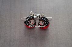 Boucles d'oreilles fantaisies matriochka rouges et noires en pâte polymère : Boucles d'oreille par atelier-d-ombeline