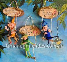 Duende articulado chico con cartel www.tirnanogduendes.com.ar