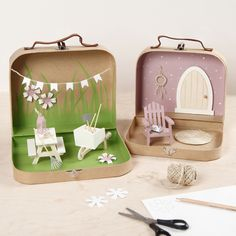 Tee oma puutarhamaailma kahdesta pienestä paperimassa-matkalaukusta. Matkalaukut on maalattu ja ja niihin on lisätty minihuonekaluja ja tarvikkeita. IDEA 15498