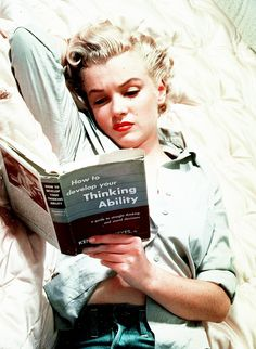 ★ Marilyn Monroe ♡ Old Hollywood ★ Marylin Monroe, Marilyn Monroe Kunst, Maquillage Normal, Stars D'hollywood, Celebrities Reading, Photos Rares, Woman Reading, Norma Jeane, Angelina Jolie