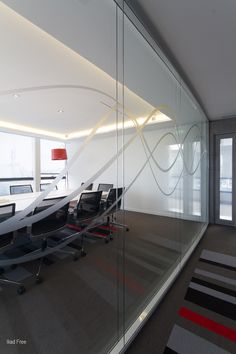 Janela de divisão de espaços nos escritórios da Free em Paris, França
