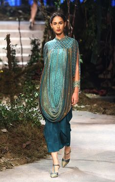 aifwaw17d4s3grand-finalerunway252 Pakistani Dresses, Indian Dresses, Indian Outfits, Indian Clothes, India Fashion Week, Lakme Fashion Week, Fashion Weeks, Indian Designer Suits, Winter Dress Outfits