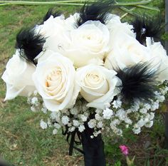 Ramo de novias en rosas y plumas negras