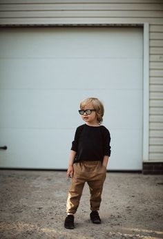 Stylish boys pants for casual wear. Made of organic linen . With side pockets and an elastic waistband. Outfits Niños, Baby Boy Outfits, Kids Outfits, Toddler Boy Fashion, Little Boy Fashion, Boys Fashion Style, Toddler Boys, Boys Style, Boys Linen Pants