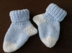 Jolies chaussettes bicolores pour bébé de 3 à 18 mois, aiguilles N°3. Tailles : 3 mois (6 mois / 12 mois / 18 mois) Fournitures : - 1 pelote de laine super soft bleu de Zeeman - 1 pelote de laine super soft blanche de Zeeman - 1 paire d'aiguilles N°3...