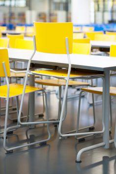 Ruokalan tuolit voidaan nostaa siivouksen ajaksi pöydän kannattimiin.