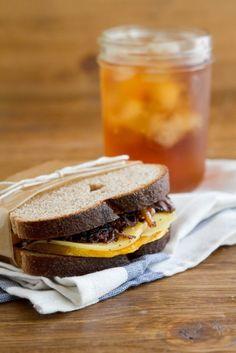 Sándwich de calabaza asada y cebolla balsámica con gouda ahumado | 31 sándwiches para el trabajo que no lo son