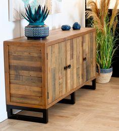 Buffet de rangement fabriqué en bois certifié recyclé. Ce meuble présente 3 portes, chacune avec une étagère à l'intérieur. Dimensions du meuble : 152 x 45 cm - hauteur 85 cm. Le buffet de la collection BRISBANE offre un aspect très industriel avec ses poignées et ses pieds en métal noir. Meuble écologique fabriqué sans couper d'arbre et sans produits chimiques. Ce bahut en bois et métal est parfait pour une déco moderne et contemporaine. Chaque meuble est unique !