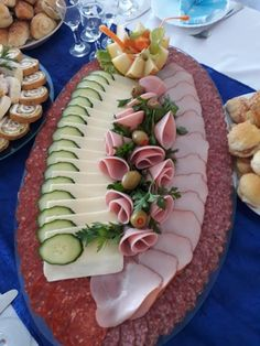 Decorations in spectacular and delicious Geric - Food Carving Ideas Deli Platters, Party Food Platters, Meat Platter, Cheese Platters, Food Carving, Food Garnishes, Food Decoration, Appetisers, Party Snacks