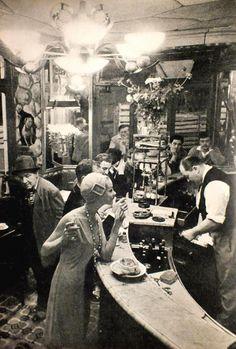 """At """"Le Chien qui fume"""" café, Les Halles, Paris, 1957 by Frank Horvat Vintage Pictures, Old Pictures, Old Photos, Vintage Paris, Paris 1920s, French Vintage, French Cafe, Black White Photos, Black And White Photography"""