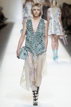 Fendi Spring 2017 Ready-to-Wear Collection Photos - Vogue Catwalk Fashion, Fashion Week, Fashion 2017, Spring Fashion, High Fashion, Fashion Show, Fashion Design, Milan Fashion, Fashion Trends