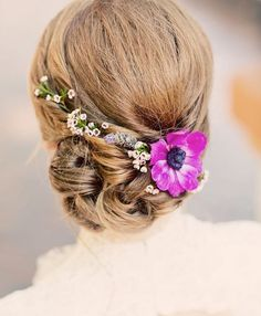 Delicate floral up do.  Penteado delicado pra inspirar essa noite.  #mysweetengagement .  Photo by Justin Lee  Pinterest: My Sweet Engagement