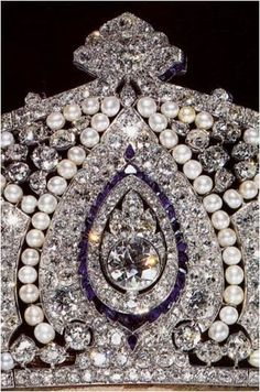 a close up of the central motif, showing sapphires set in a pear-shaped outline, with two small pear-shaped-cut sapphires top and bottom