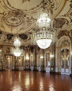 Salão nobre do Palácio de Queluz inspirado na arquitetura do Castelo de Versalhes. Teto abobadado lustres enormes e muitos detalhe ao estilo rococó.  #trip #portugal #lisboa #decorlifestyle #lifestyle