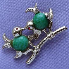 Vintage Mottled Green Glass Cabochon LOVEBIRDS Brooch