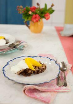 Bolo suflê de chocolate | #ReceitaPanelinha: É bolo ou é suflê? Com muitas texturas, esta receita é para comer de colheradas: a superfície é crocante e o recheio bem cremoso. Um novo clássico de família!