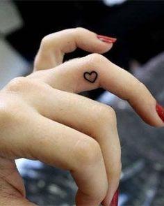 Small But Powerful: 10 Amazing Inner Finger Tattoo Designs! Finger Tattoo Designs, Cute Finger Tattoos, Cute Small Tattoos, Tattoo Designs For Girls, Small Tattoo Designs, Pretty Tattoos, Tattoo Girls, Cute Tattoos, Beautiful Tattoos