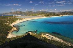 Itália dos sonhos: PORTO GIUNCO Situada em Cabo Carbonara, na região da Sardenha, a praia tem areia fina e branca e suas águas formam um suave degradê de tons azuis. Para completar o belo cenário, o local abriga também a lagoa Notteri, repleta de flamingos cor-de-rosa.