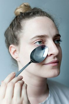 get-rid-of-puffy-eyes-with-cold-spoon