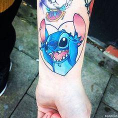 Love this Disney stitch tattoo Wolf Tattoos, Dream Tattoos, Finger Tattoos, Future Tattoos, Body Art Tattoos, Tatoos, Lilo And Stitch Tattoo, Lilo Et Stitch, Disney Tattoos Stitch