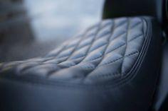 """La classica monocilindrica Yamaha di cubatura elevata ha un DNA e una purezza di stile che la separa nettamente dagli altri modelli """"retro"""". Non ci sono dubbi sull'autenticità di SR400, e con la genuinità di motore e ciclistica e l'originale avviamento a pedale, questa carismatica moto dal doppio ammortizzatore è pensata per i piloti che vogliono riscoprire l'anima più profonda delle due ruote."""